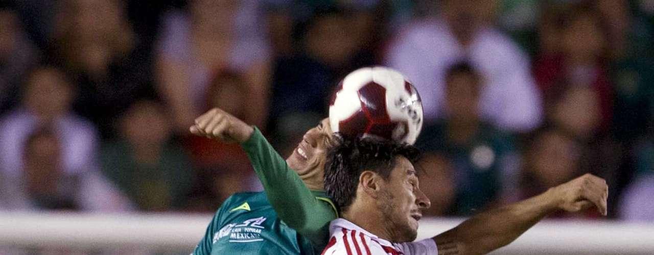 Jonny Magallón y Rafael Márquez Lugo, en lucha aérea y leal. En el complemento, el ex zaguero rojiblanco también fue expulsado y le abrió la llave del empate al Guadalajara.