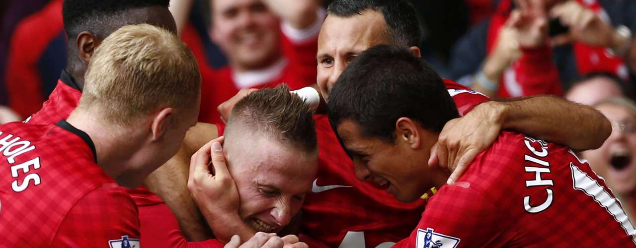 Buttner (C) celebrates his goal against Wigan Athletic with team mates.   REUTERS/Darren Staples