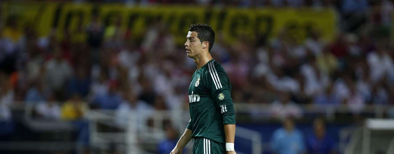 Real Madrid's Cristiano Ronaldo stands during their Spanish First Division soccer match against Sevilla at Ramon Sanchez Pizjuan stadium in Seville September 15, 2012. REUTERS/Marcelo del Pozo (SPAIN - Tags: SPORT SOCCER)