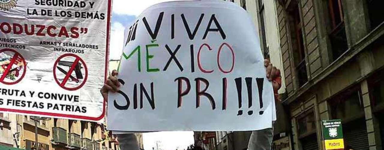 En el Zócalo capitalino, tambien ya se registran algunas protestas de los jovenes de #YoSoy132.