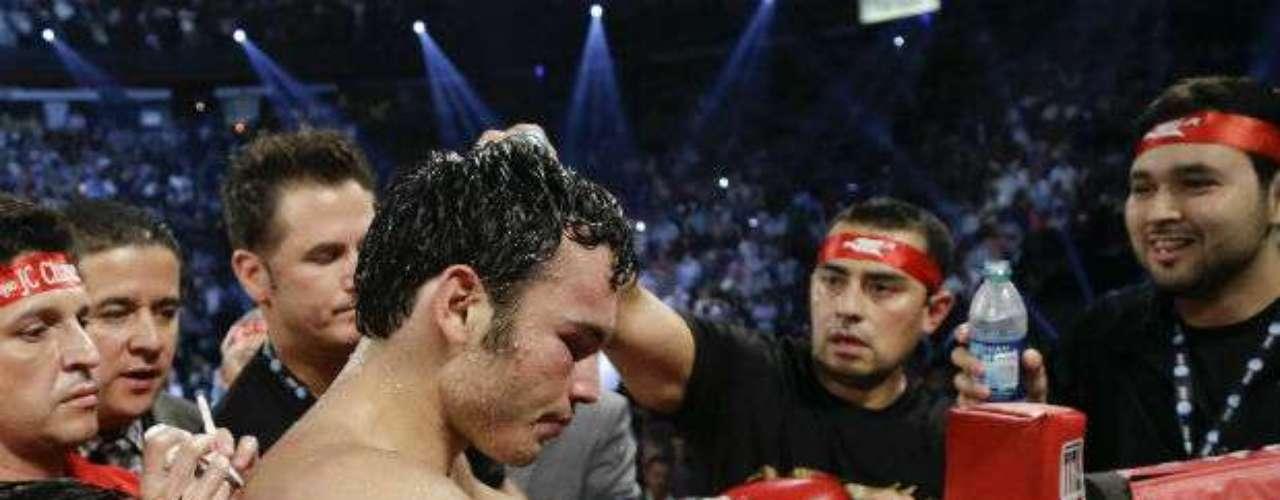Chávez, al oir la decisón de los jueces, se refugió en su esquina desconsolado con su equipo.
