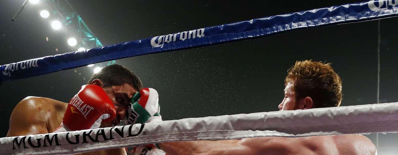 El pugilista tapatío castigó en diversas ocasiones a su rival tanto con golpes de derecha como de izquierda.