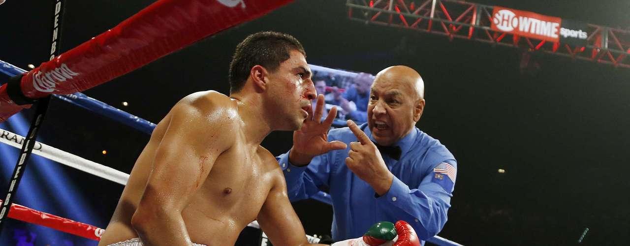 Josesito López refleja su impotencia en la mirada, no fue rival para el \
