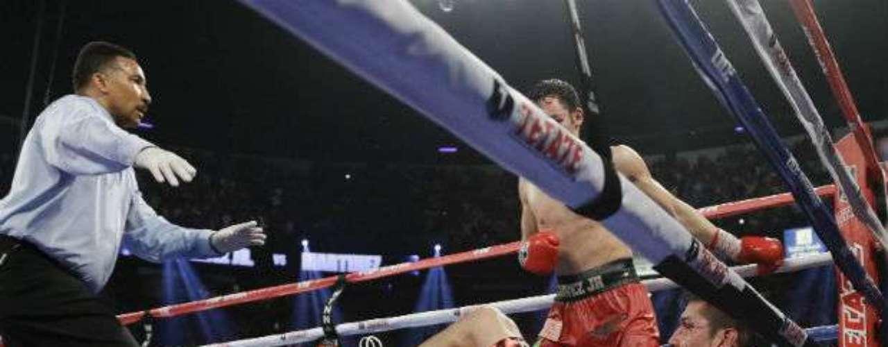 El argentino visitó la lona dos veces en el último round. Como pudo, capeó el temporal para terminar de pie el combate, y escuchar, con el rostro magullado y una herida encima de su ojo izquierdo, como le daban vencedor de la pelea.
