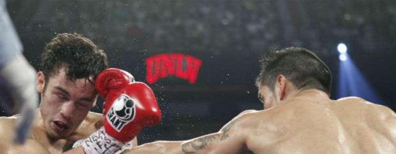 Después de una velada boxística de gran nivel, la pelea estelar entrre Maravilla y  Chávez comenzó con dominio del argentino.