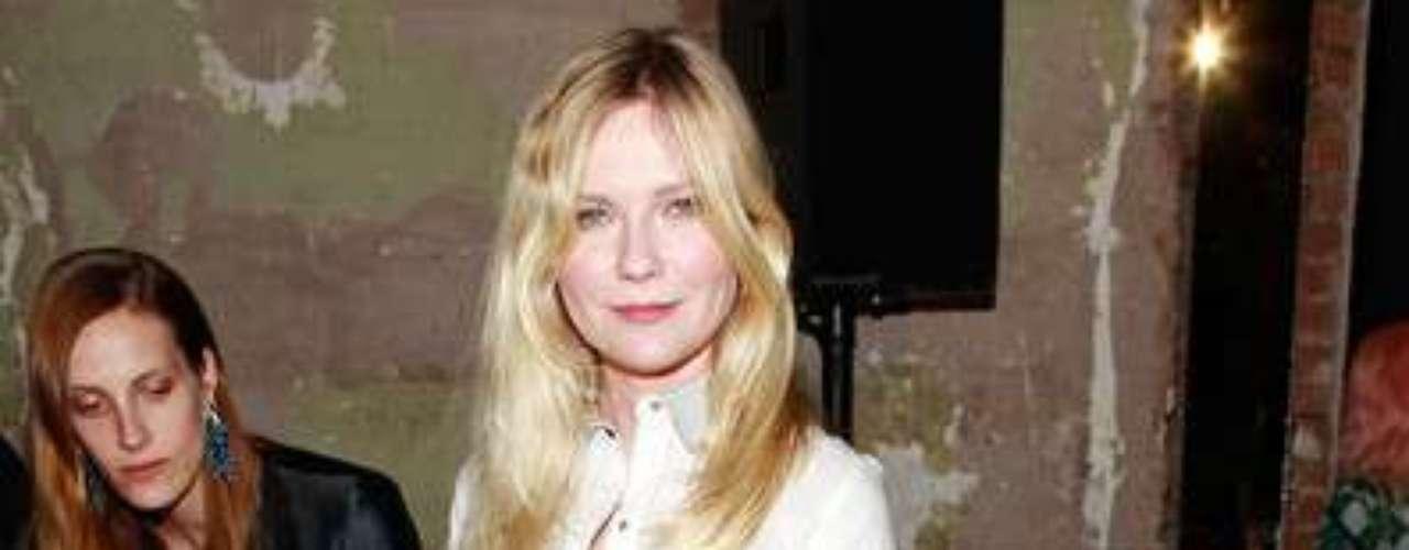 Kirsten Dunst escogió una camisa blanca con el detalle del bolsillo en negro y unos pantalones y zapatos en punta negros. La actriz lució un outfit sencillo pero elegante y canchero a la vez.