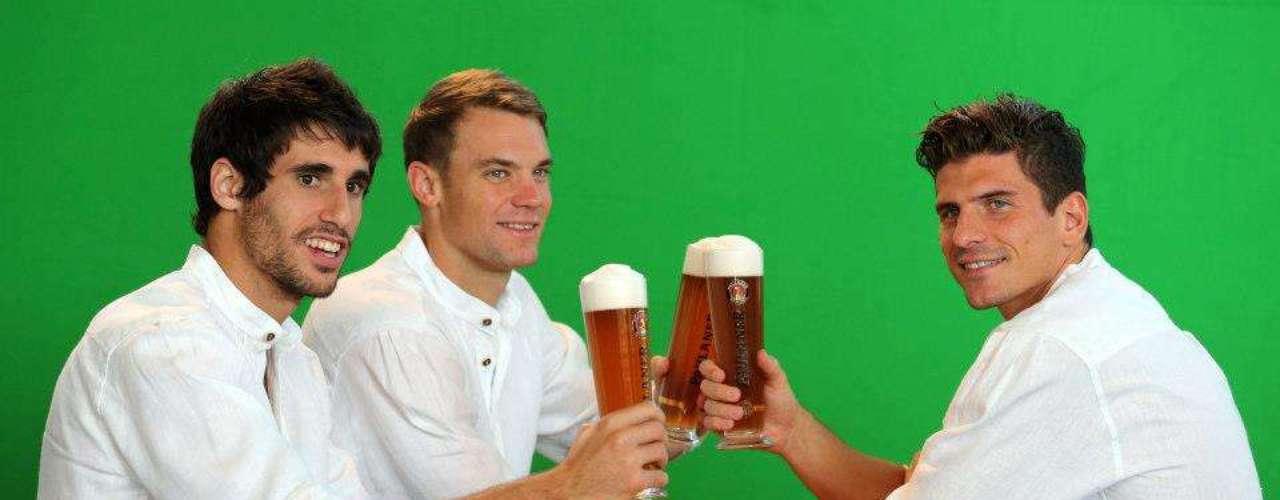 El Bayern Munich y la cervecería Paulaner, marcas muniquesas poderosas, consolidaron su unión un año más con la promoción de los jugadores vestidos con trajes típicos del Oktoberfest y bebiendo la cerveza. Juntos celebran los goles, los títulos y los triunfos. Desde 2003 la cervecería Paulaner Brauerei es socio Premium del Bayern.