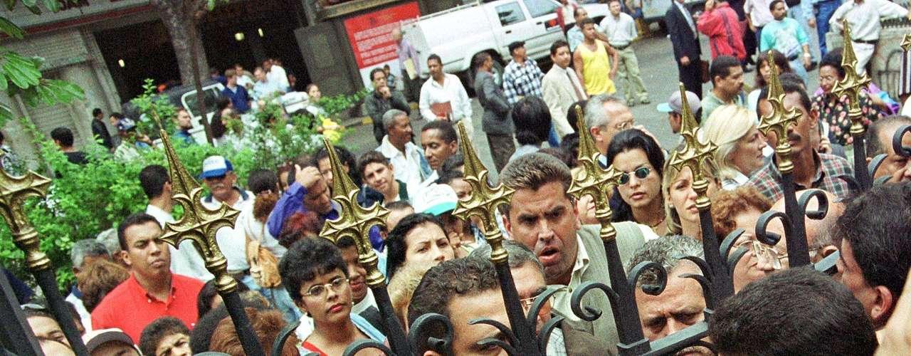 Ejerciendo el cargo de alcalde de Baruta, Capriles pasó cuatro meses encarcelado tras ser acusado de violación de domicilio y violencia privada a la embajada de Cuba en Caracas durante el golpe de estado de 2002, que brevemente apartó al presidente Hugo Chávez del poder.