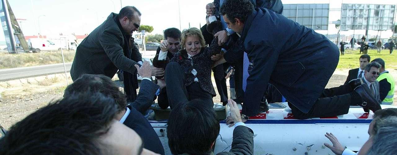 Aguirre protagonizó en 2005, sufrió junto al actual presidente del Gobierno, Mariano Rajoy, un accidente en la localidad madrileña de Móstoles en el helicóptero en el que viajaban. Aguirre salió ilesa, mientras que Rajoy acabó con una fractura en un dedo y una luxación en otro.