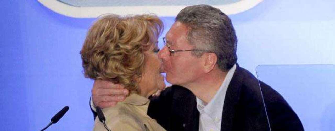 Uno de los enfrentamientos políticos más sonados ha sido el protagonizado junto al entonces alcalde de Madrid, Alberto Ruiz-Gallardón. En 2003 se inicia así, tras el tamayazo, una guerra de ambiciones durante ocho largos años que ha dejado numerosos encontronazos. Uno de ellos fue el que se produjo en 2008, cuando Gallardón quería entrar en las listas del Congreso. Aguirre, no se lo pensó dos veces y le advirtió: Si Mariano pierde, tú y yo estamos en igualdad de condiciones.