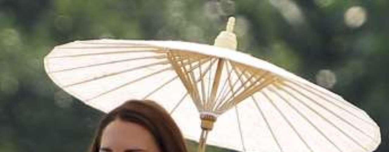 Kate Middleton llevó otro vestido de Jenny Packham, una diseñadora británica. El vestido es de talle alto y de falda plisada. Un corte de diseño con el que siente muy cómoda. Para protegerse del sol utilizó un parasol oriental.