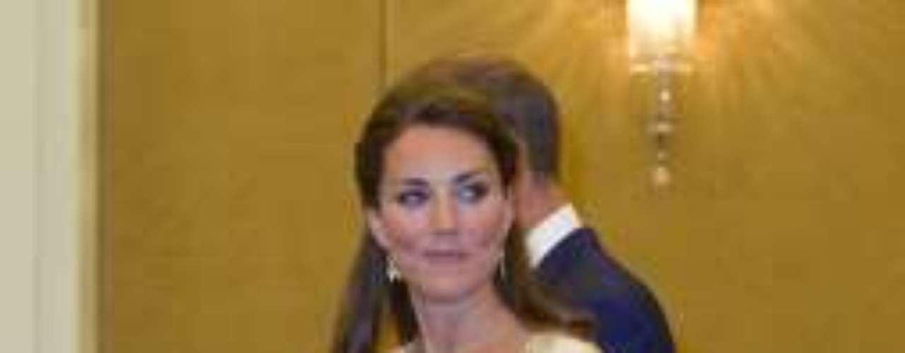 Espectacular de Alexander McQueen. Ha sido el vestido más llamativo de la maleta de la duquesa en Asia. Para una cena de gala en Kuala Lampur escogió este vestido blanco y dorado que engrandeció a la mujer de Guillermo. El vestido reproduce ensu estampado la flor nacional de Malasia.