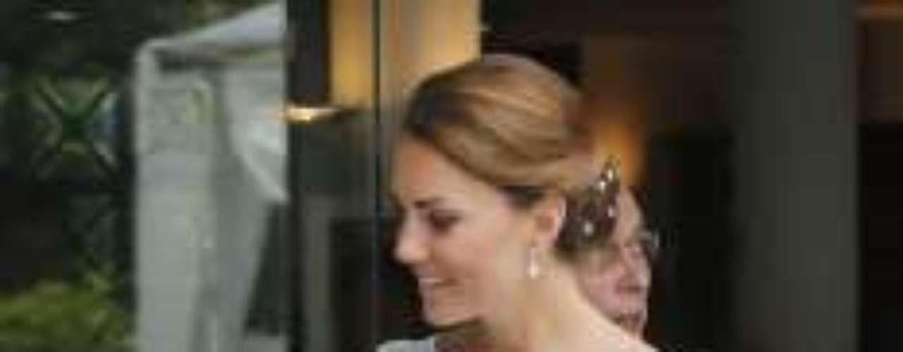 La duquesa se recogió el pelo para lucir este diseño de Alice by Temperley. Celeste y blanco, con un sobrecuerpo bordado que resaltaba la belleza de la princesa que no se ha saltado el protocolo en ningún momento.