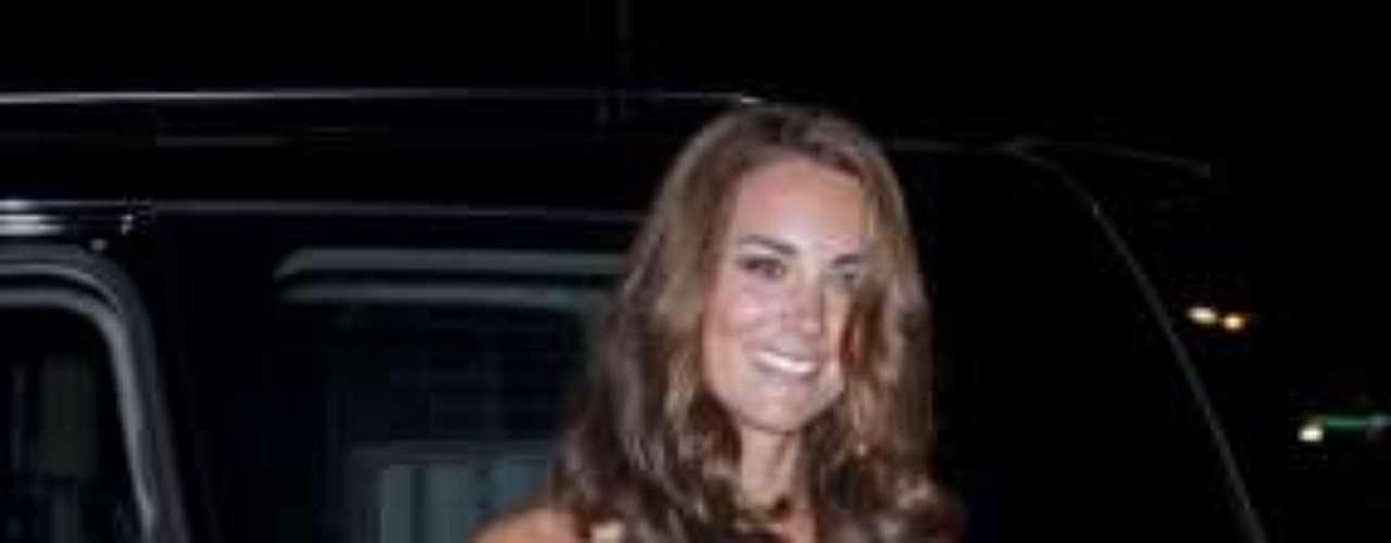 Kate Middleton se adapta allá por donde va. En Malasia se vistió de flores con un vestido palabra de honor.