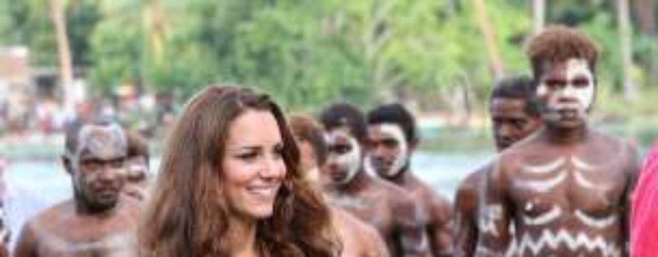 Kate Middleton en su visita a las islas Salomon con un vestido azul marino y todos los collares que le han ido regalando.
