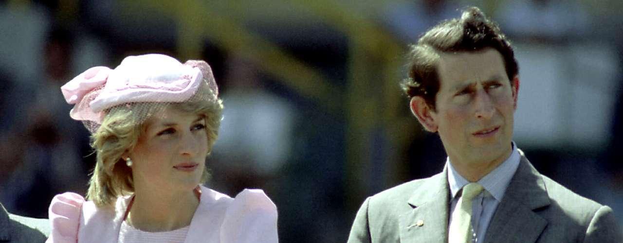 Uno de los amoríos más famoso de la realeza fue el del Príncipe Carlos y Camilla Parker-Bowles. Mientras el heredero al trono británico estaba casado con Lady Diana, sostuvo sus queveres con la ahora Duquesa de Cornualles. Al final, Diana y Carlos se divorciaron y él se casó con Camilla varios años después de la muerte de Diana.