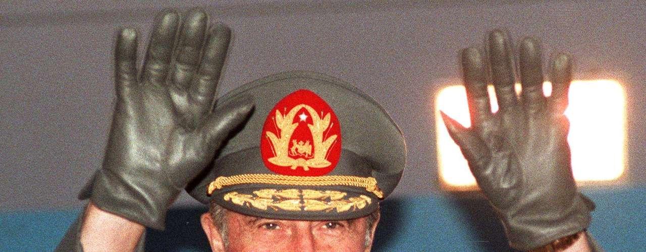 El militar Augusto Pinochet asumió en 1973 el cargo de comandante en jefe del ejército de Chile y el 11 de septiembre de ese año lideró un golpe de estado que derrocó al gobierno constitucional del socialista Salvador Allende. Desde ese momento, Pinochet asumió el gobierno y encabezó un mandato polémico hasta 1990, sumando 17 años en el poder.