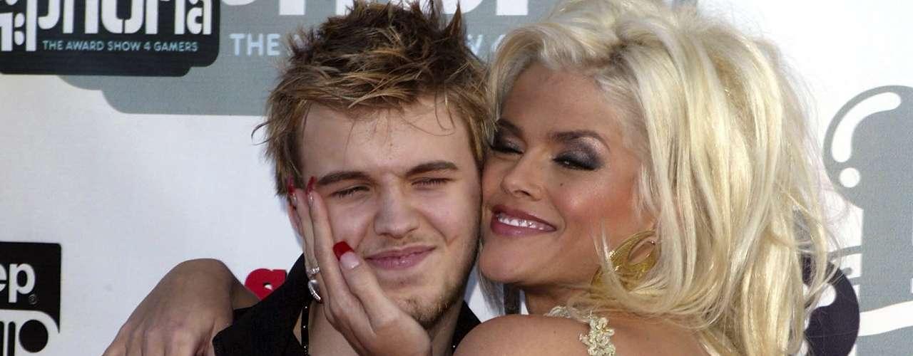 Daniel Wayne Smith, hijo de la modelo y actriz Anna Nicole Smith, murió a los 20 años el 10 de septiembre de 2006 debido a una sobredosis. La modelo fue hallada muerta también seis meses después.