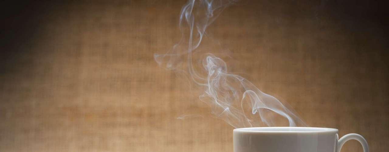 Condimentos como curry y pimienta negra, además del café y tés con cafeína, que aumentan la liberación de adrenalina, también pueden hacer que una persona transpire más. Asimismo, el alcohol puede aumentar la producción de sudor al ser un vasodilatador.