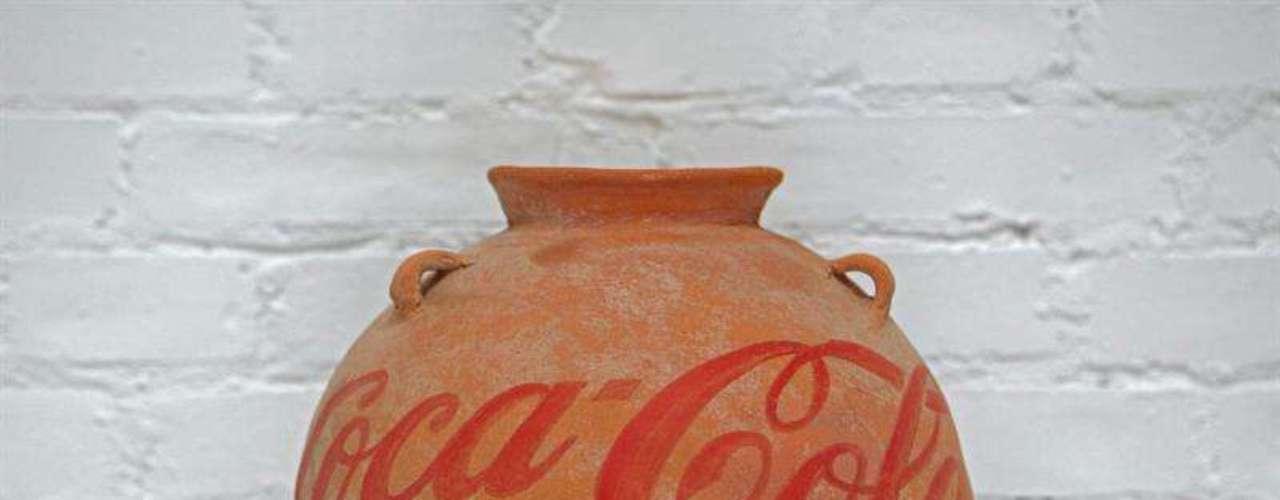 'Neolithic Vase with Coca-Cola Logo' (jarrón neolítico con un logo de Coca Cola) - En total, se exhiben 45 obras de Andy Warhol (1928-1987) y más de 100 de otros 60 artistas de distintos países.