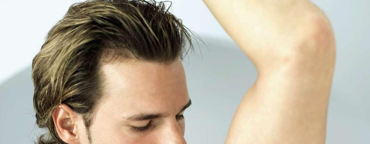 El desodorante reduce el olor y reduce la cantidad de bacterias en la piel, pero no impide la producción de sudor. \