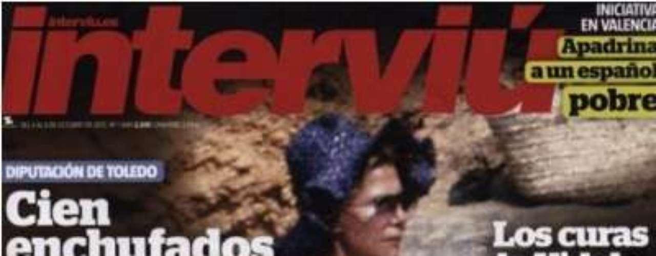 Cuando quedaba una semana para su boda con Alfonso Díez, la revista Interviú publicó estas imágenes inéditas de la duquesa de Alba en topless que llevaban guardadas más de 30 años. La revista del grupo Zeta difundió un total de 18 años cuando la aristócrata rondaba los 50 años.