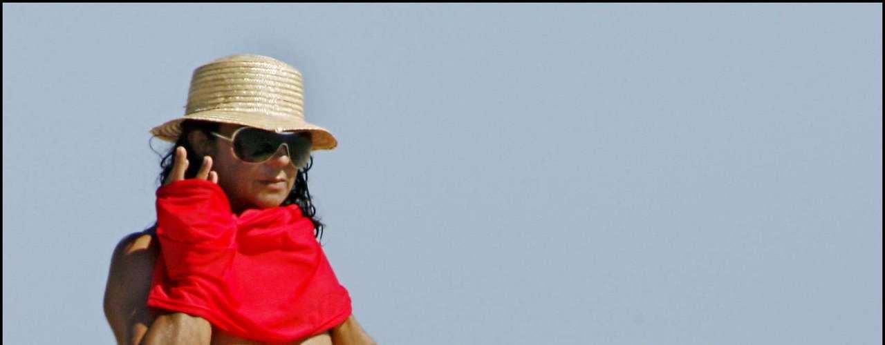 La cantante Lolita Flores es otra de las celebs nacionales que ha protagonizado varias portadas de revistas tras ser 'cazada' tomando el sol sin la parte superior del bikini. La portada de su madre en Interviú también dio mucho que hablar Según reconoció La Faraona, en realidad fue un posado pactado por el que cobró para pagar algunas deudas.