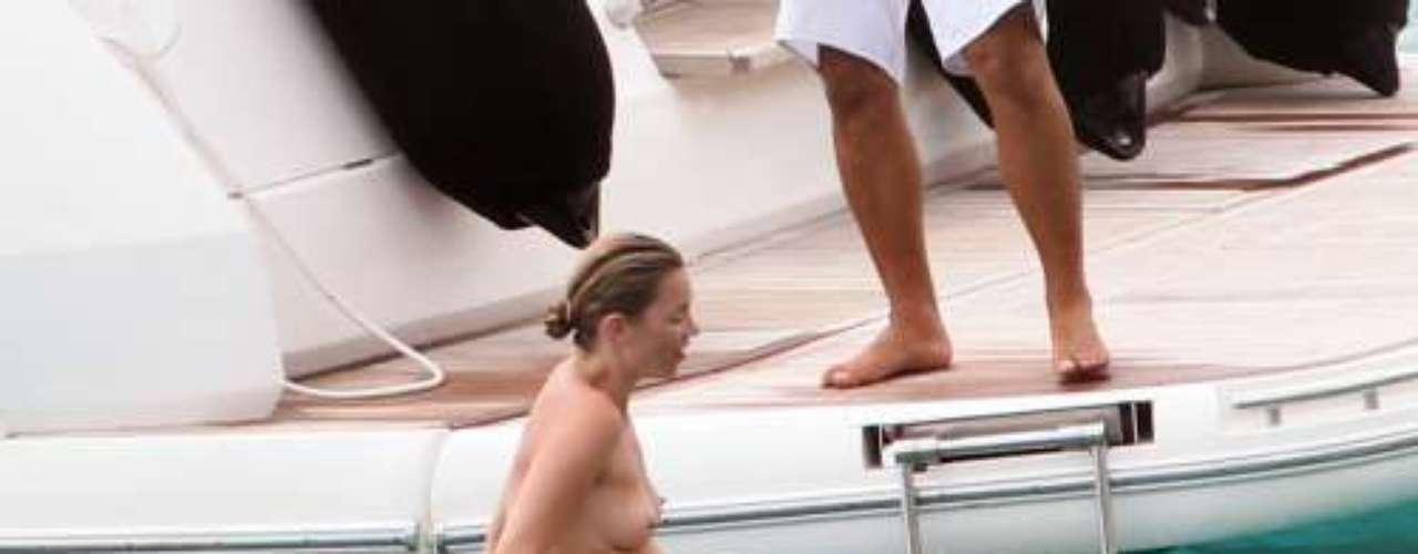 Kate Moss, pillada en la primavera de 2010 tomando el sol sin bikini en la exclusiva isla de St. Barts. Estas imágenes suelen terminar siendo portada de los tabloides de su país natal.