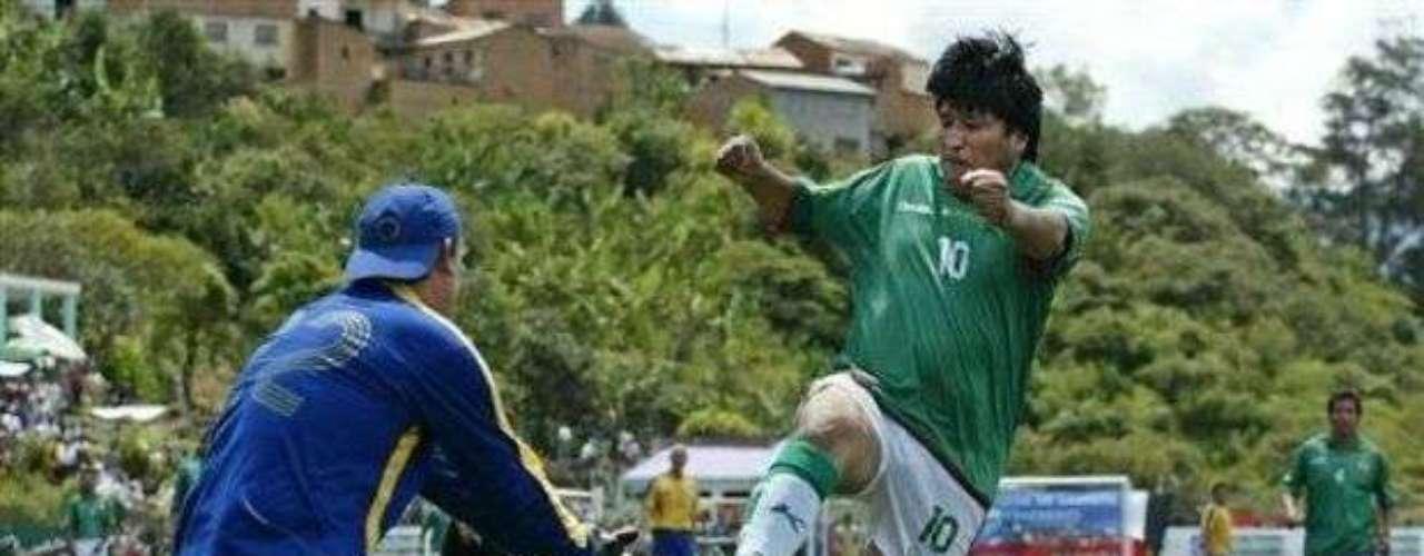 Durante un partido de fútbol como parte de la inauguración de una cancha de fútbol en La Paz, el presidente de Bolívia, Evo Morales se molesta con otro jugador y le da una patada descarada sin balón. Dicen que el otro jugador era un opositor a su gobierno, lo cierto es que el presidente se salvó de la roja.