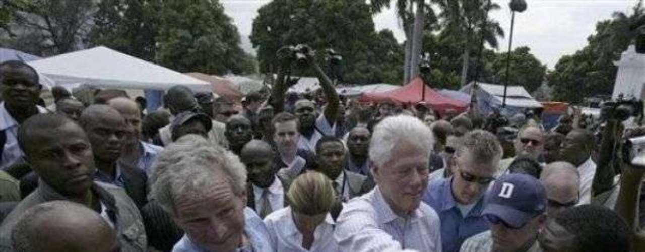 El ex presidente George W. Bush saludó a algunos haitianos durante su vista al país y luego se limpió las manos.