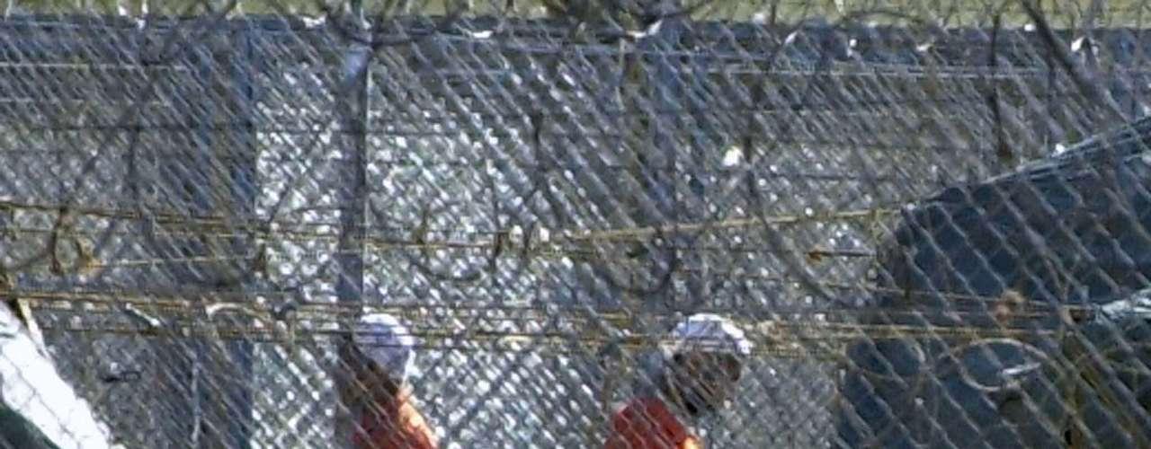 Al año siguiente, en 2005, trascendió que en Guantánamo, la prisión donde Estados Unidos aloja sospechosos de terrorismo en Cuba, se estaban destruyendo copias del Corán, el libro sagrado de los musulmanes. La noticia corrió como reguero de pólvora y obligó a las autoridades norteamericanas a extremar las medidas para permitir la libertad de culto en la prisión.