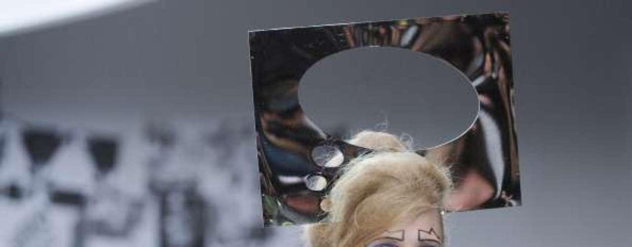 Tocado, maquillaje y pendientes de Louise Gray. Imposibles pero divertidísimos.