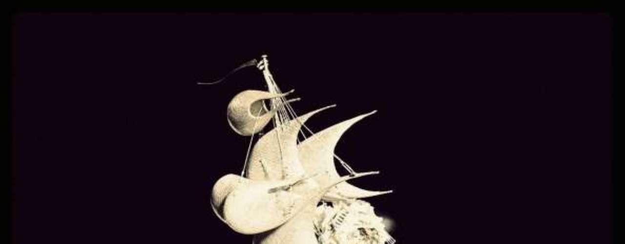 El tocado es imposible, sólo apto para Ascott. El velero en la cabeza de Philip Treacy es para las más atrevidas.