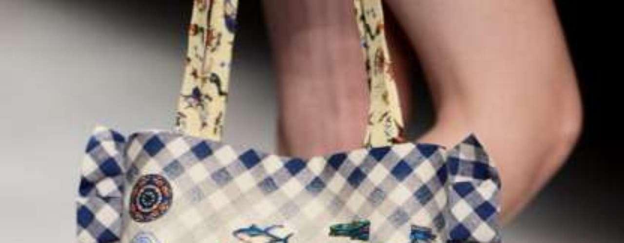 Kinder Aggugini nos propone bolsos de tela y patchwork. Si no te llega el presupuesto siempre te lo puesdes hacer tú misma.