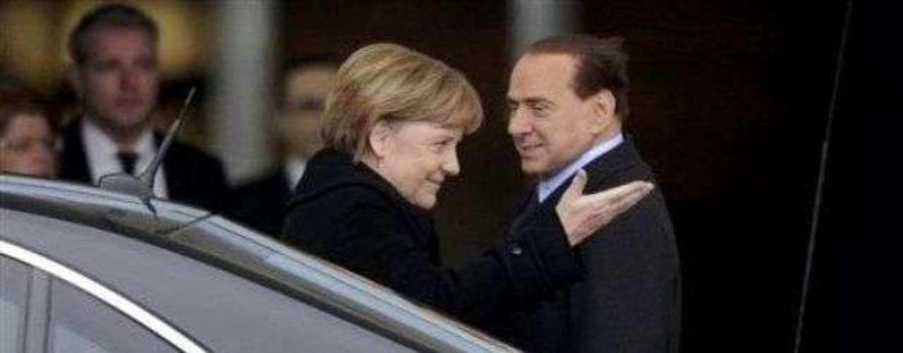 ¿Con quién habla Berlusconi? La ex canciller alemana Angela Merkel estaba avergonzada por culpa del ex primer ministro italiano Silvio Berlusconi, que tenía una llamada en su teléfono móvil, mientras que Merkel lo esperaba en la alfombra roja. No importó que estuviera en el lado alemán del Rin, ni que se celebraran los 60 años de la OTAN. El incidente sucedió en el 2009.