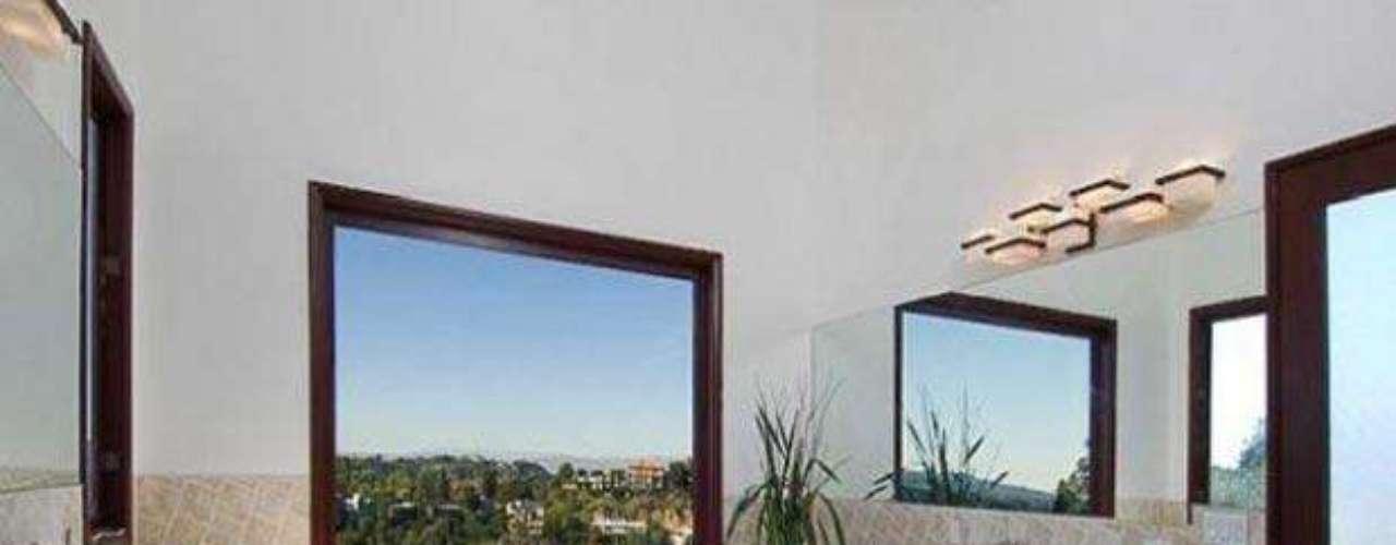 Vamos a darle un vistazo a la hermosa mansión de La famosa cantante Rihanna. Con 10.000 metros cuadrados, ocho habitaciones,  diez baños, impresionantes techos de 30 pies de altura, espectaculares panorámicas de 270 grados de las colinas de Los Angeles. La artista  luego de susgiras puede llegar a  relajarse en su sauna con una sala de vapor, leer un buen libreo en su encantadora biblioteca o simplemente cocinar algo delicioso en  su cocina tipo gourmet con electrodomésticos de arte de la misma manera también puede invitar a unos amigos   para ver una película en su una encantadora sala de cine, o tener una velada romántica en su una piscina con spa, junto a sus enormes balcones. La decoración realmente es fabulosa. ¡Inspírate en su estilo! No por nada costo 10 millones de dólares.