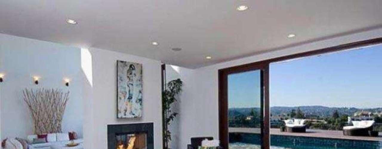 Vamos a darle un vistazo a la hermosa mansión de La famosa cantante Rihanna. Con 10.000 metros cuadrados, ocho habitaciones,  diez baños, impresionantes techos de 30 pies de altura, espectaculares panorámicas de 270 grados de las colinas de Los Angeles. La artista  luego de sus giras puede llegar a  relajarse en su sauna con una sala de vapor, leer un buen libreo en su encantadora biblioteca o simplemente cocinar algo delicioso en  su cocina tipo gourmet con electrodomésticos de arte de la misma manera también puede invitar a unos amigos   para ver una película en su una encantadora sala de cine, o tener una velada romántica en su una piscina con spa, junto a sus enormes balcones. La decoración realmente es fabulosa. ¡Inspírate en su estilo! No por nada costo 10 millones de dólares.