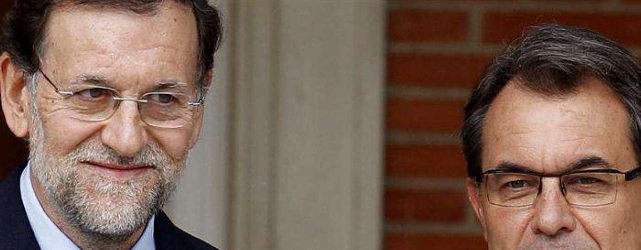 Rajoy, con media sonrisa, ha recibido a Mas, con un gesto más serio, a las puertas del edificio del complejo de la Moncloa en el que se celebra la reunión después de que el presidente catalán subiera los escalones de acceso tras apearse del vehículo en el que se ha desplazado.