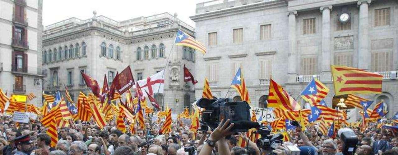 La concentración ha sido convocada por la Assemblea Nacional Catalana, pero entre los presentes también se encontraban algunos representantes de CiU como el eurodiputado Ramon Tremosa, y el alcalde de Vic y presidente de la Associació de Municipis per la Independència, Josep Maria Vila d'Abadal.