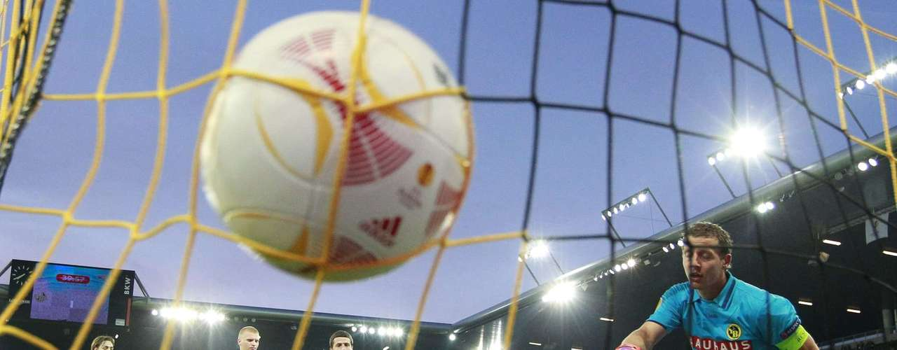 Liverpool's Andre Wisdom (3L) scores.    REUTERS/Ruben Sprich
