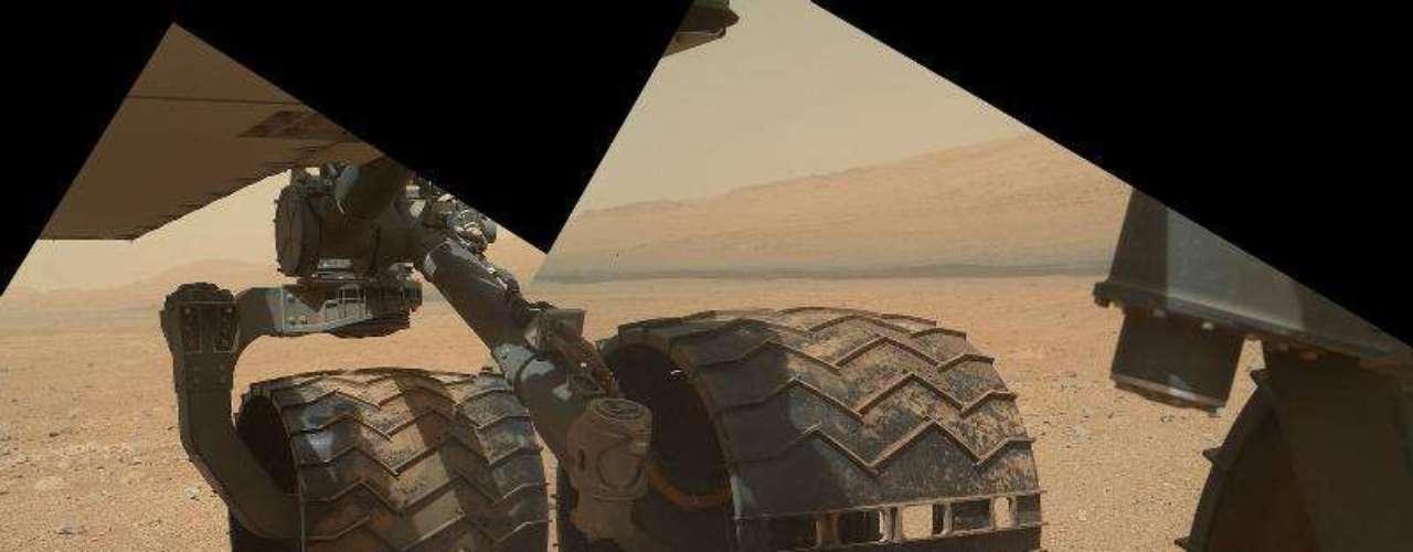 Detalle de una de las ruedas del Curiosity mientras se desplaza por la superficie de Marte.