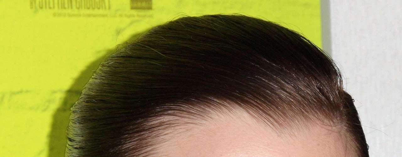 Esta es una gran diferencia de cómo se usaban las cejas en los noventa, extremadamente delgadas. Las cejas de Emma Watson son casi planas.