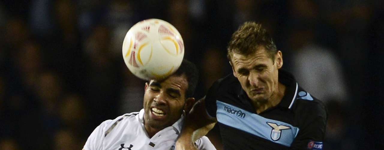 Tottenham Hotspur's Sandro (L) challenges Lazio's Miroslav Klose.