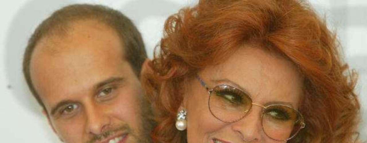 Sophia Loren con uno de sus hijos, el director Edoardo Ponti, durante la presentación de la película de este último, 'Betwen strangers', en el festival de Venecia, en 2002.