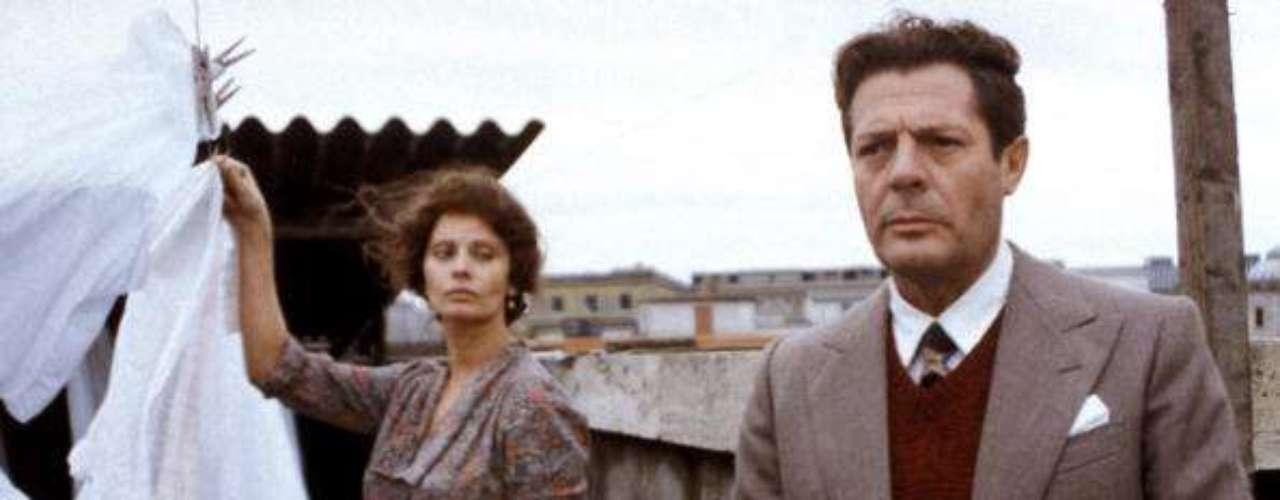 Sophia Loren protagonizó junto a uno de sus compañeros de profesión y amigo más entrañable, Marcello Mastroianni, 'Una jornada particular', en 1977, una protesta contra el fascismo que invadió Italia durante la II Guerra Mundial.