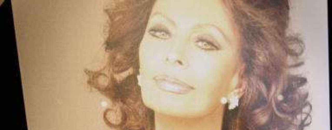 Loren siempre ha sido un ejemplo de 'galmour' y sensualidad, y la edad no ha hecho sino acentuar ese atractivo de mujer mediterránea. La imagen también corresponde a la exposición que celebró los éxitos de su carrera en 2006 en Roma.