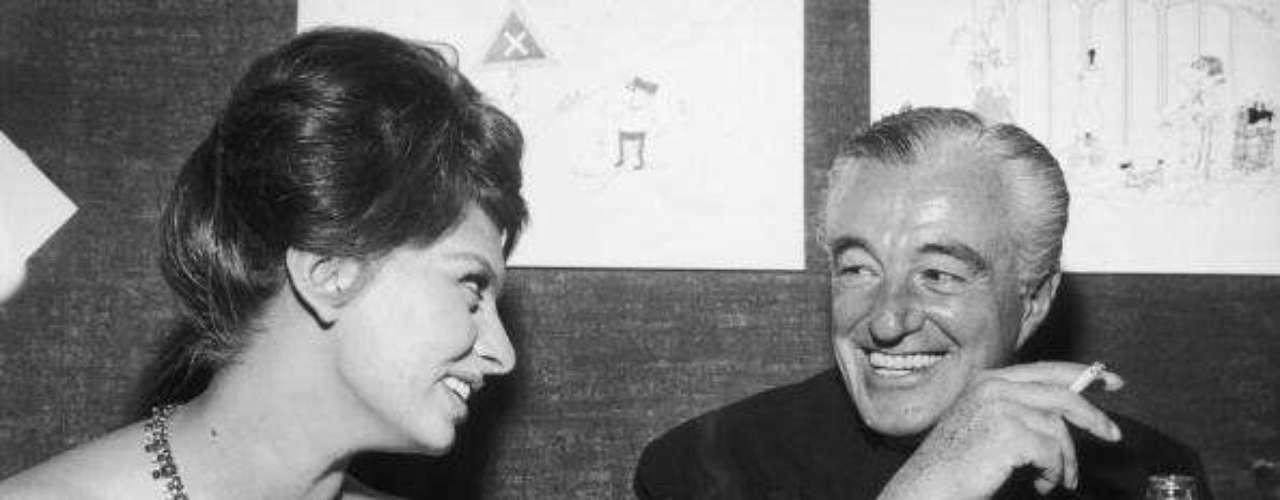 Sophia Loren, con Vittorio de Sica, en una conferencia de prensa tras el estreno de 'Dos mujeres'. De Sica fue uno de los más importantes en su carrera. Con esta cinta Loren ganó su primer Óscar.