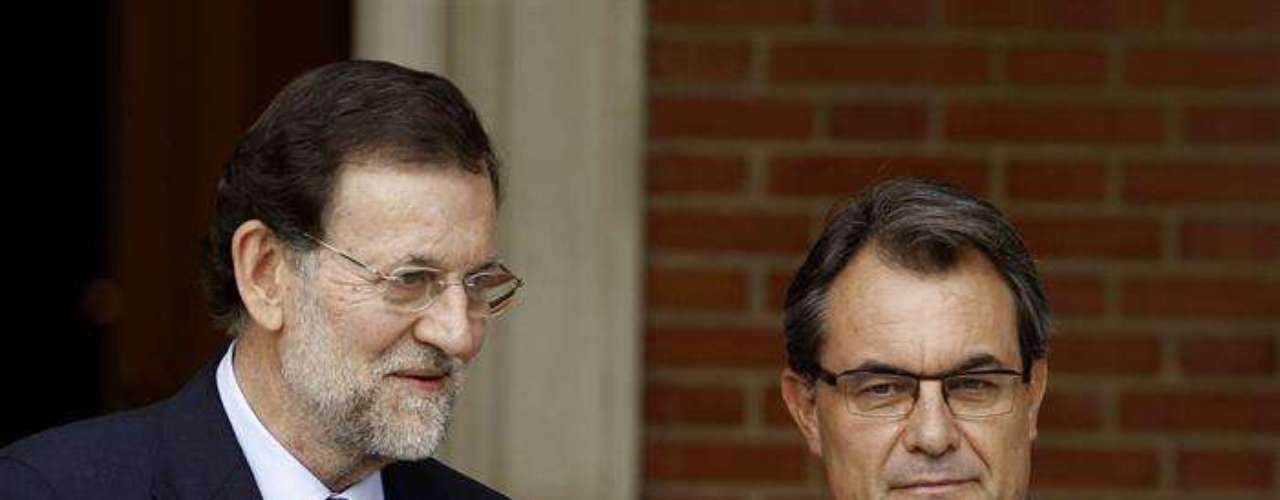 Una vez en la puerta Mas y Rajoy se han dado la mano. El president catalán tenía un gesto mucho más serio que el del presidente del Gobierno.