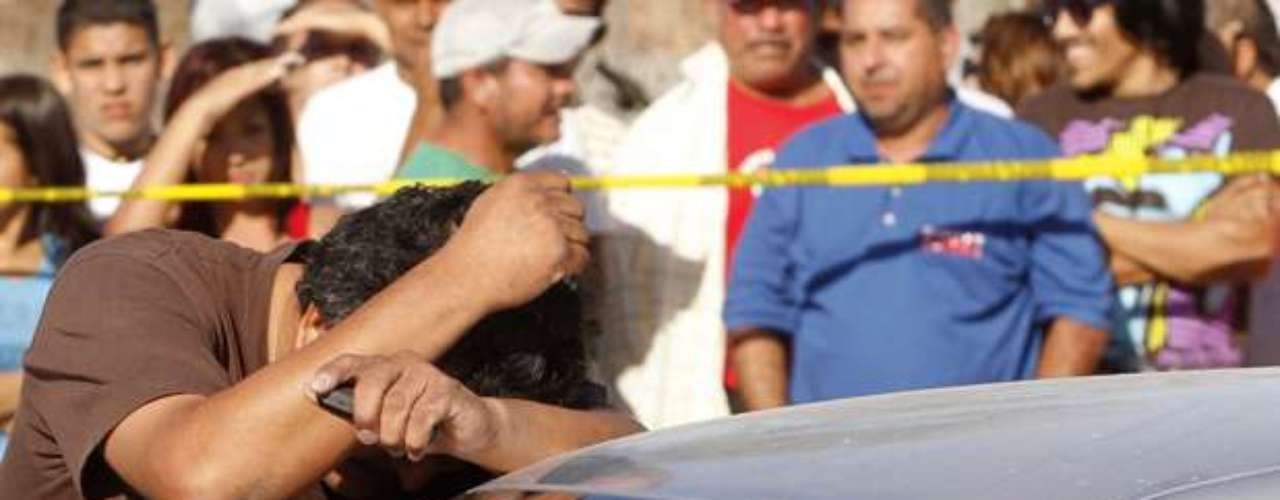 Las autoridades de Mazatlán, Sinaloa, encontraron este miércoles 19 de septiembre los cadáveres de tres personas decapitadas en el interior de un vehículo, cerca de un centro comercial del puerto, en el Pacífico mexicano. De acuerdo a las investigaciones, uno de los cuerpos fue hallado en el asiento trasero de un auto, mientras que los otros dos en la cajuela. Se desconoce la identificación de las víctimas.