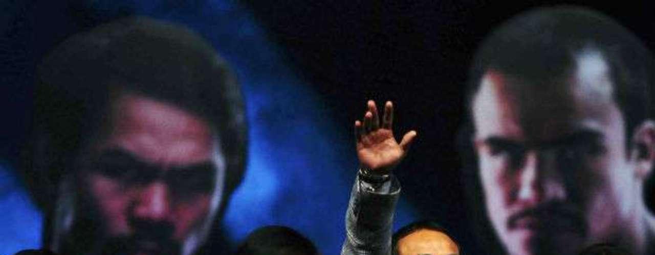 Los boxeadores se vieron relajados y se dieron tiempo para saludar al público asistente en la Arena de la Ciudad de México.